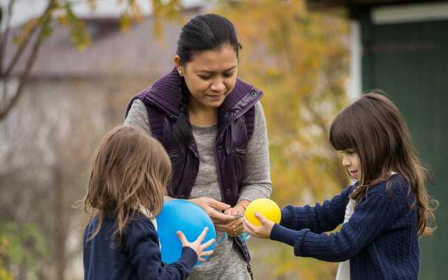 bona filipineza se joaca cu copiii